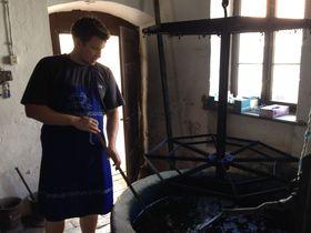 各家に受け継がれた伝統の模様!ハンガリーの藍染製品をお土産に