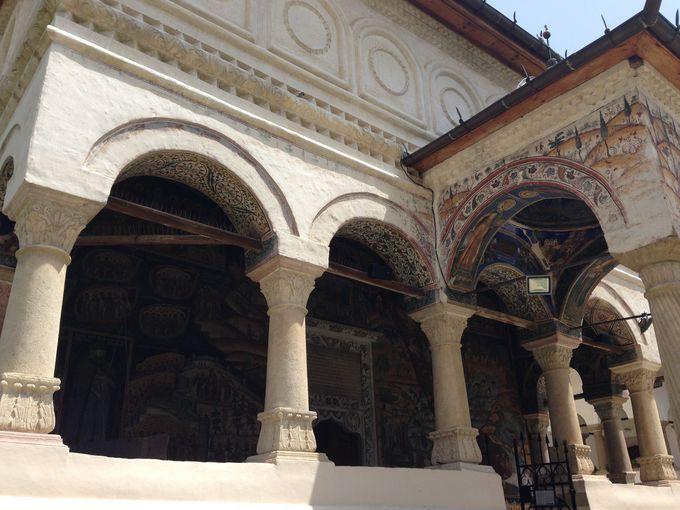 美しい自然の中に調和するホレズ修道院