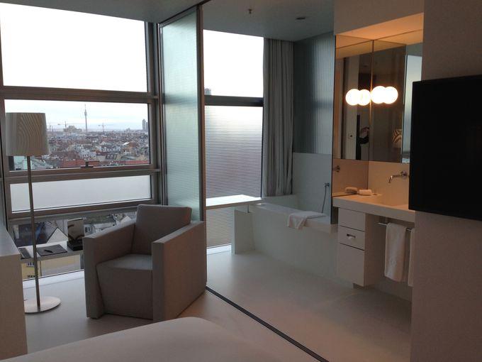 白またはグレーで統一のスタイリッシュな客室(*)