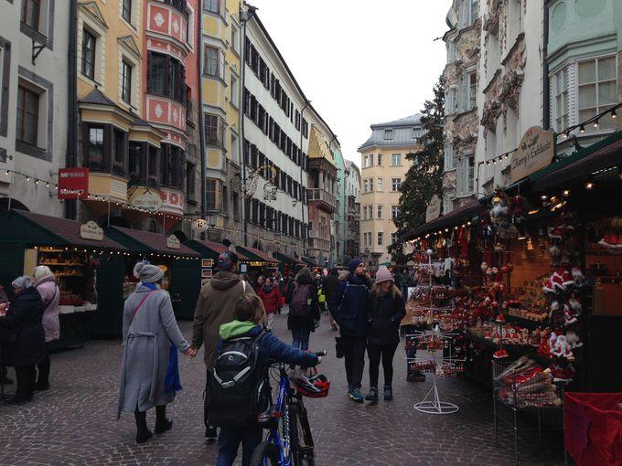 アルプスに囲まれたインスブルックのクリスマスマーケット