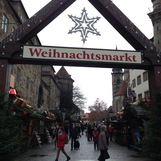 どこまでも続くクリスマスマーケットの屋台