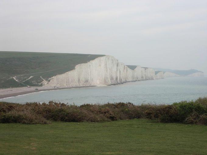 映画でも使われる場所、白い断崖絶壁の崖が美しい「セブン・シスターズ」