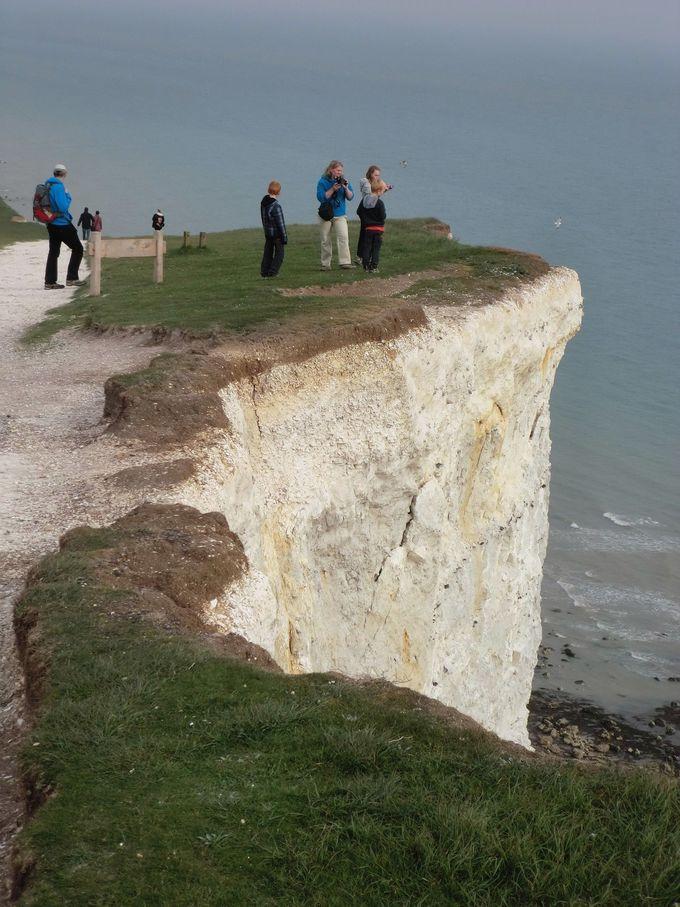 崖下をみる観光客