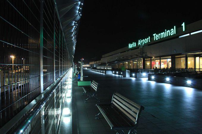 光に照らされたロマンチックな夜の成田空港