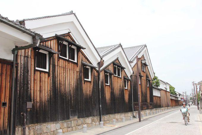 白壁と板張りの土蔵造りの街並み