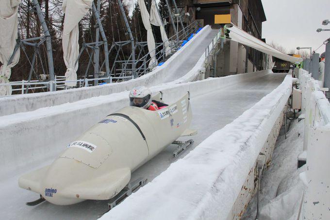 氷上を滑走するスタイリッシュなボブスレー