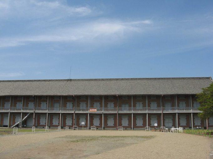 長さ約104mの長大なレンガ倉庫 西繭倉庫