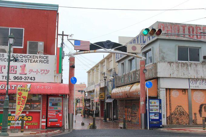 日米両国の国旗が象徴的な新開地のゲート