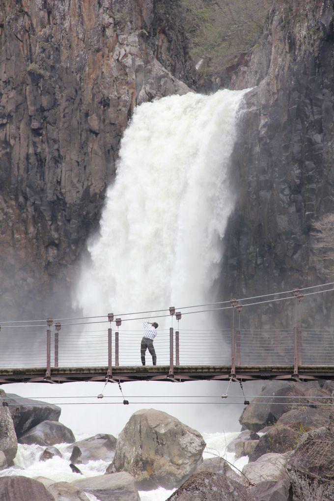 豪快な流れの苗名滝は夏の清涼スポット