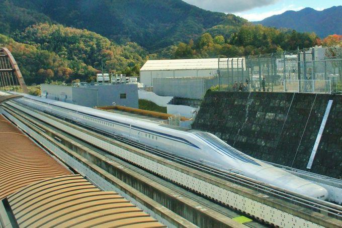 待望のリニア新幹線が目の前を超高速で疾走!