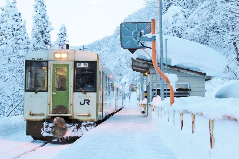 冬に乗るべき鉄道路線6選!雪景色が広がる車窓にストーブ列車も