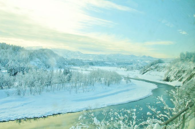 沿線に続く、信濃川の流れと越後の山並みの車窓