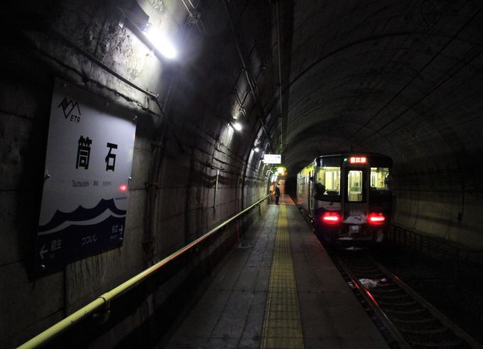 290段の階段の先にホームが!珍しいモグラ駅の筒石駅