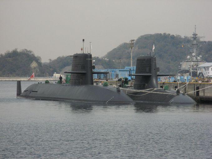 目の前に次々と姿を見せる潜水艦や日米の艦船