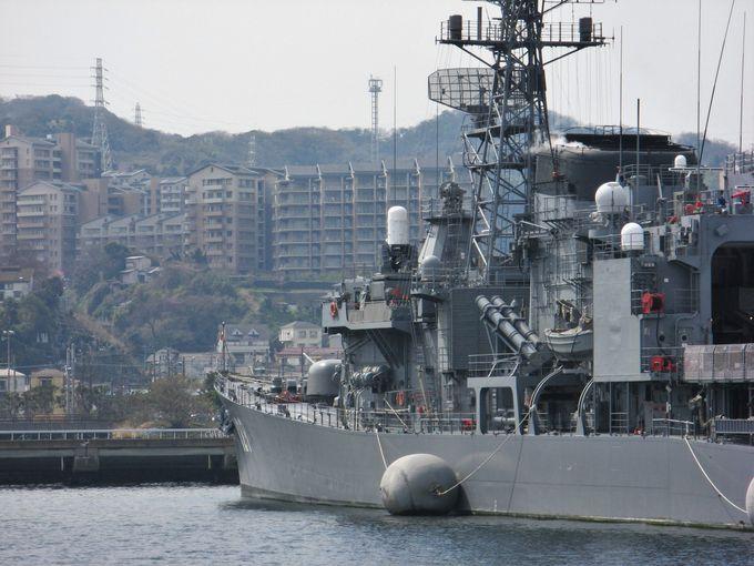 軍港と街が隣り合わせの横須賀市の日常風景