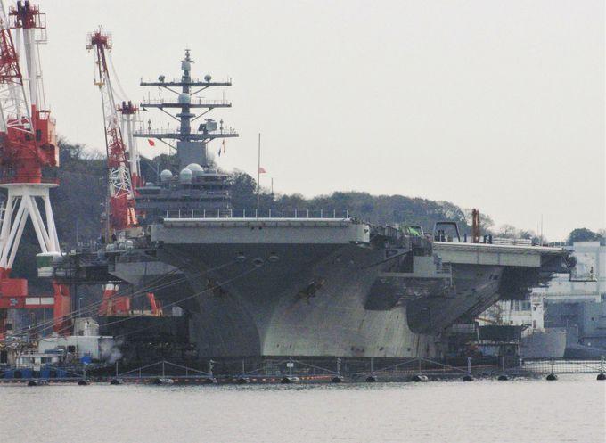 クルーズでは巨大な航空母艦を見るチャンスも!