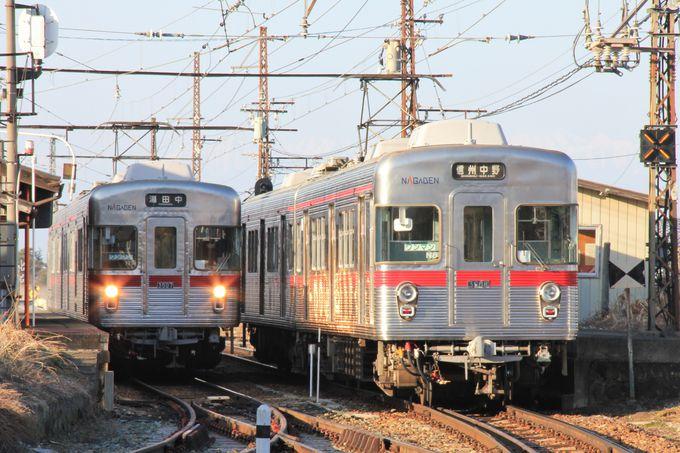 3500系が並ぶ交換風景は信濃竹原駅