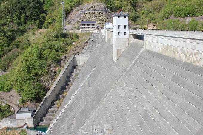 ダムの迫力を展望スペースから間近で体感