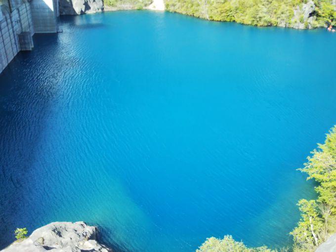 訪れた人を魅了する美しい青い湖