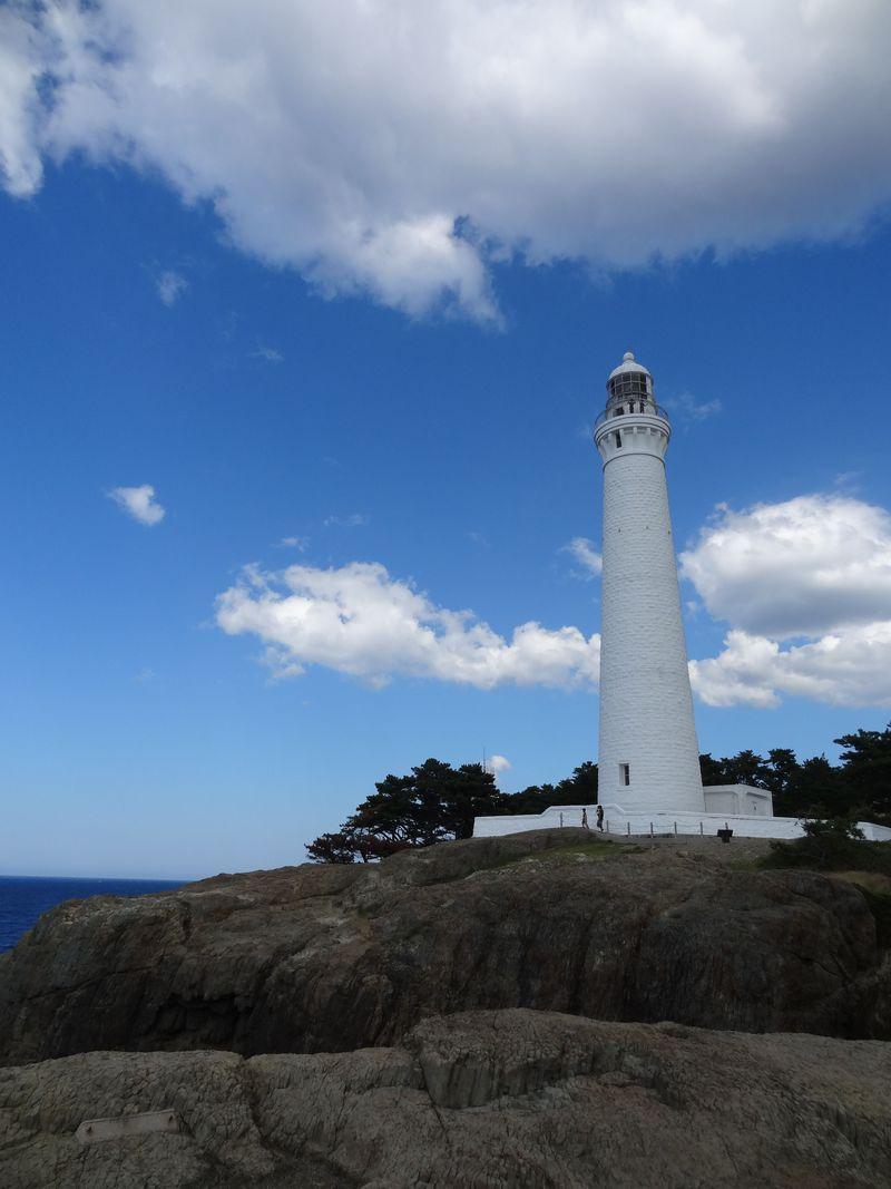 神を迎える稲佐の浜から、青い海に浮かぶ白亜の出雲日御碕灯台へ