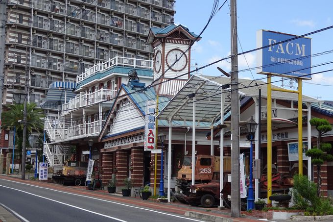 時計台のあるおしゃれな煉瓦造りの建物が目印です!