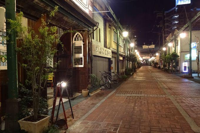 オシャレな街灯が、ロマンチックに通りを照らす