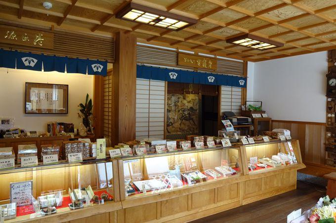 新しく改装された店内に、蔵に眠っていたお宝がさりげなく・・