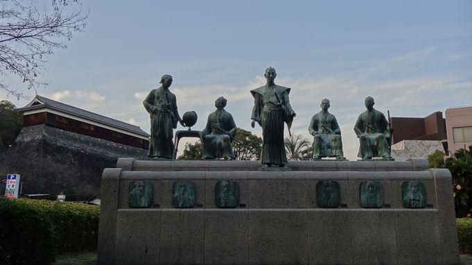 熊本城を背景に、高橋公園に建てられた「維新群像」