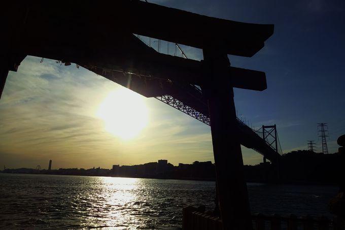 美しい夕景に映える鳥居と関門橋