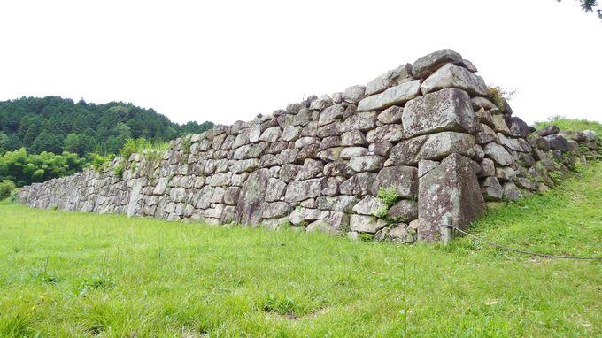 堂々とした佇まいの石垣に当時の面影が偲ばれる