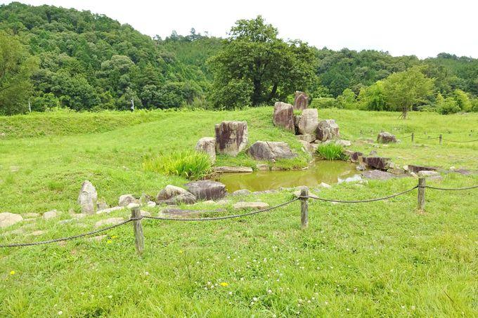 滝石組みと三尊石を配した庭園も