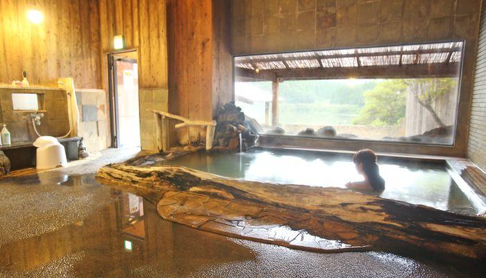 朝は、ホテル内の温泉施設で優雅に湖を眺めて