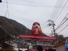 春を先取り!広島県三原市「神明市」でダルマに願いを込めて