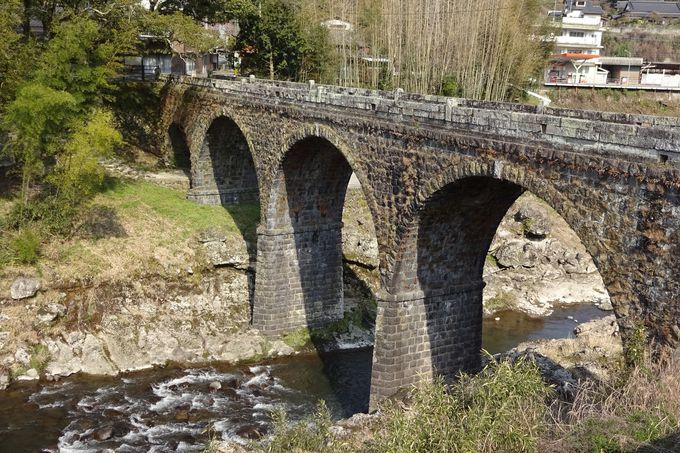 「石橋の貴婦人」と呼ばれる美しい橋脚が有名な鳥居橋