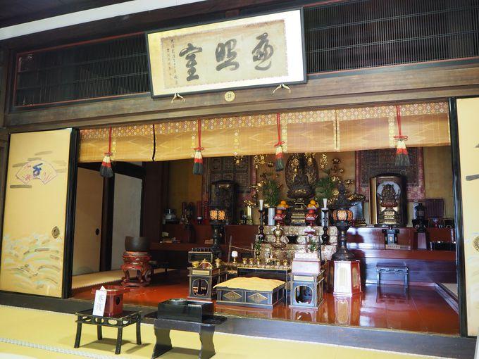 行基ゆかり古刹・西國寺で文化財を垣間見られる「持仏堂」へ