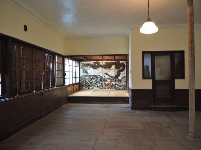 玄関を入ると、洋風な板の間のホール!奥の襖絵も魅力的