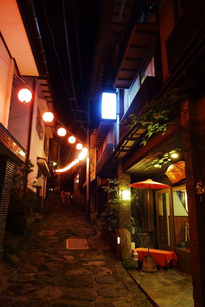 夜の湯平は赤提灯が石畳を照らし、ムードたっぷり