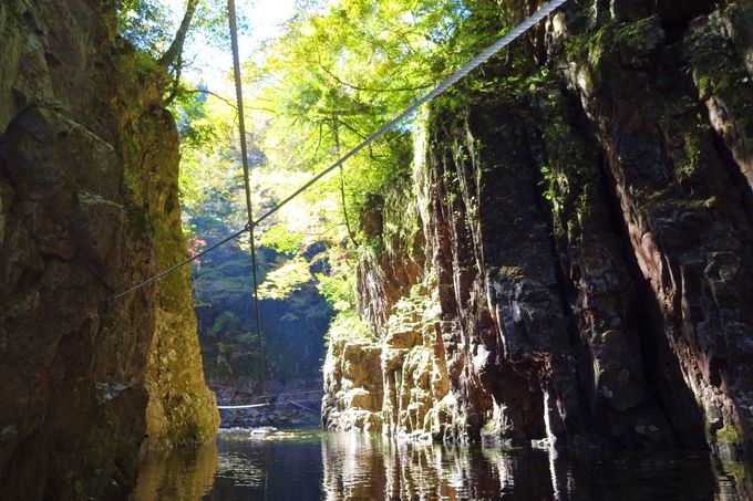 岩門を有料渡舟でさかのぼる「猿飛」は渓谷一の神秘的景観