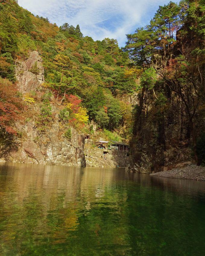 黒淵の美しいエメラルドグリーンの水面と切り立った岩は必見