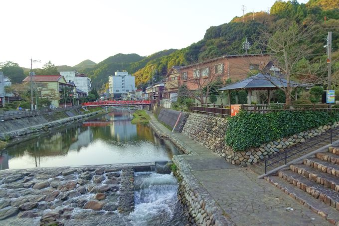 音信(おとずれ)川ほとりに佇む静かな長門湯本温泉街