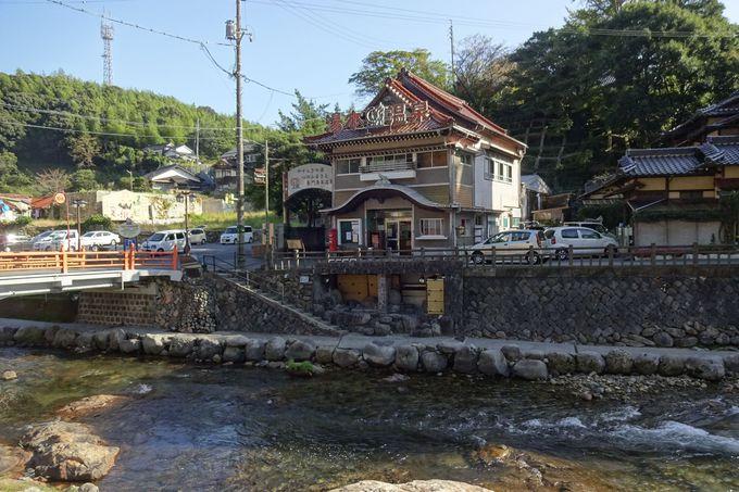 歴史ある市営の公衆浴場「恩湯(おんとう)」は温泉街のシンボル