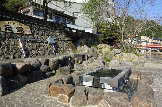川のせせらぎと温泉街の風景を眺めながら足湯も楽しむ