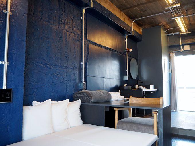 最上階の個室〜青い壁に木の壁そして素敵なイラストがお出迎え