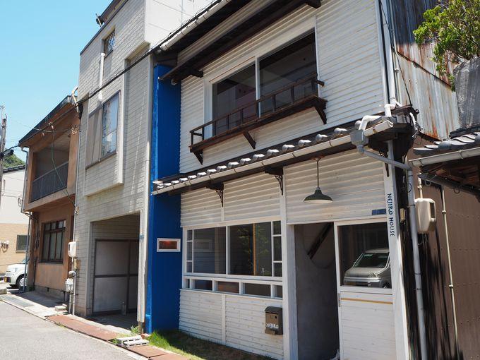 青と白のオシャレな外観が目を引くネジロハウス館町