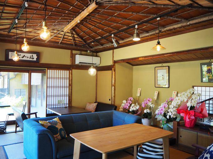 天井にも珍しい意匠が見られ、茶室も備えた建物