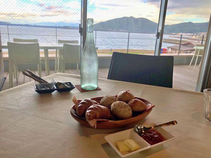 焼きたてパンと景色が自慢の朝食〜眺めのいいレストラン