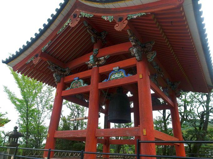 艶やかさも見どころ「六本柱の鐘楼」と龍が並ぶ「三重塔の鬼瓦」
