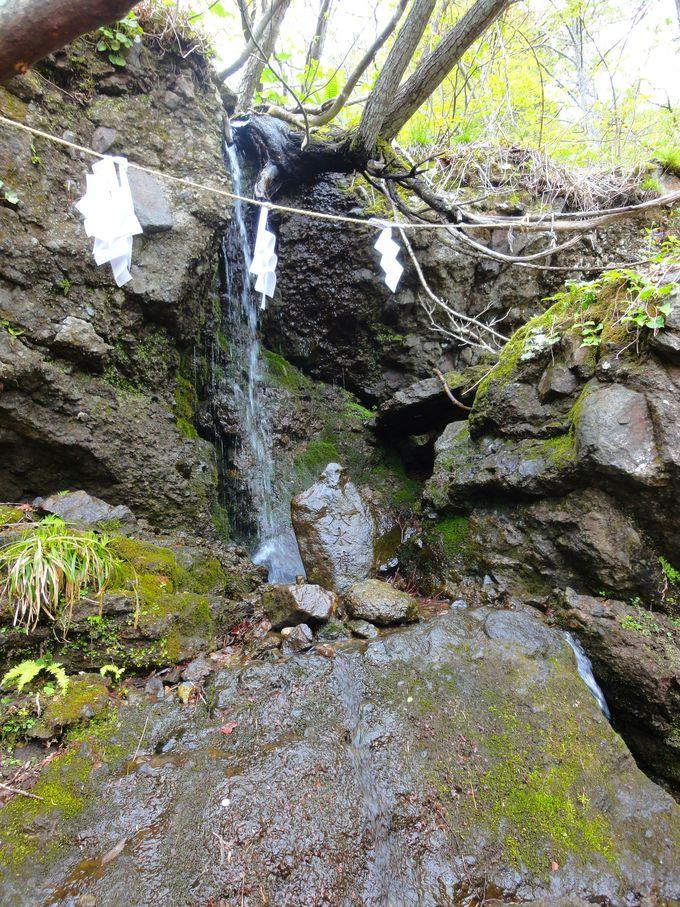 石畳を登り、奥社目前に小さな滝に打たれている「八水神」?!