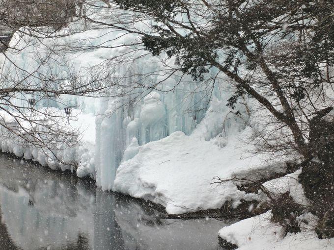 湯前橋から「平家直孫の宿 本家伴久」の氷瀑を眺める!