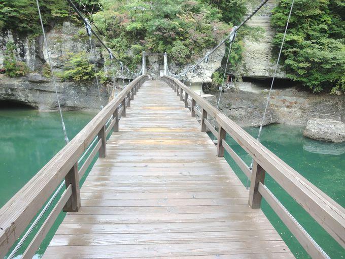 「菩薩さま」の前に立ちはだかる、吊り橋がスリル満点